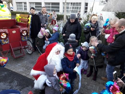 11-Pere Noel et les enfants à la Mairie-MG